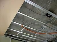 天井裏にフレキシブルチューブを敷設