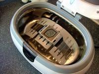 写真:980円の腕時計を4000円の超音波洗浄器で洗う図