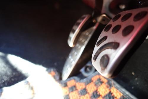 純正クラッチペダルをブレーキペダル側から見たところ